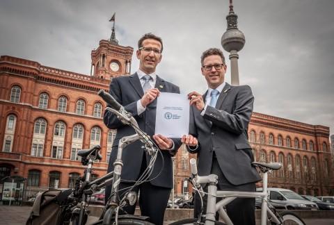 """""""Gesetz zur Förderung des Radverkehrs in Berlin""""; Vertreter des Volksentscheids Fahrad, Heinrich Strössenreuther und Philip Bastian"""