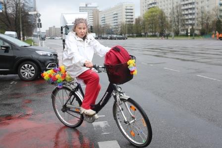 seniorin_auf_fahrrad