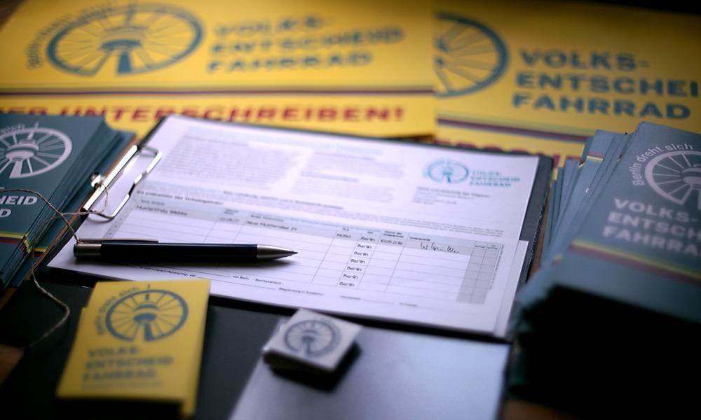 Alles liegt bereit zu Start der Unterschriftensammlung (Foto: Norbert Michalke)