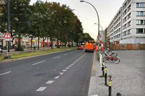 Autobahn-ähnliches Profil: Zwei schnell befahrbare Kfz-Spuren und eine Standspur für Kurzparker (aka Radstreifen)