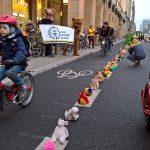 """90 Prozent der Radstreifen in Berlin sind nicht sicher – """"Bärchen gegen Brummis"""" für kindersichere Radwege"""