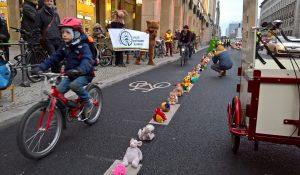 """90 Prozent der Radwege in Berlin sind nicht sicher – """"Bärchen gegen Brummis"""" für kindersichere Radwege"""